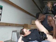 Темнокожий гангстер ебет двух сочных женщин-полицейских