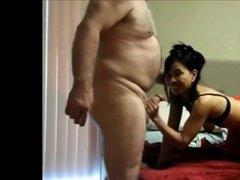 Зрелый мужик трахает зрелую азиатскую проститутки в чулочках