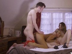 Две красивые блондинки на каблуках жарко ебутся с сотрудником гостиницы в номере