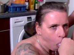 Зрелая мамка делает минет сыну, дает полизать киску и трахнуть раком на кухне