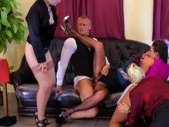 Четыре зрелые девушки БИ устроили групповуху с сомелье в ресторане