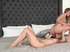 Две красивые лесби блондинки лижут друг другу и трутся кисками