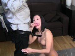 Стеснительная брюнетка сосет член и ебется на порно кастинге с окончанием в пизду