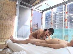 Азиатка с красивой грудью дает лизать, сосет и ебется с незнакомцем