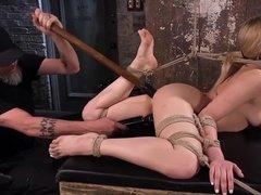 Связанная блондинка Dahlia Sky была избита и жестко выебана в пизду секс игрушками
