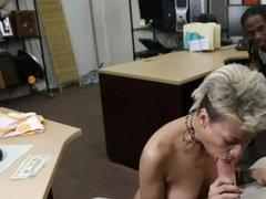 Зрелая блондинка с короткими волосами сосет большой член в офисе