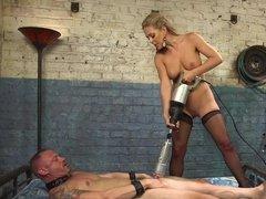Строгая Госпожа блондинка в чулках Cherie DeVille дрочит мужику хуй секс-машиной и ебет страпоном