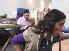 Две телки отсосали своим коллегам в офисе