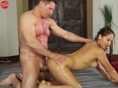 Тренер по фитнесу ебет свою загорелую клиентку в масле и дает сосать