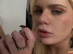 Сексуальная блондинка Alexis Ford умело сосет, лижет яйца и анус, и принимает большой член в свою жопу