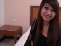 Проститутка из Таиланда ебется с клиентом в порно от первого лица
