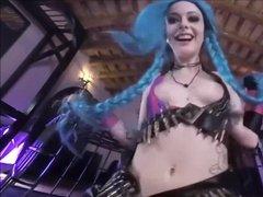 Прикольная подруга с синими волосами активно скачет на члене и дает себя ебать в порно от первого лица